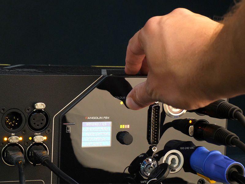 RGBのズレを電動により微調整できます。